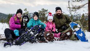 Familj ute på snöskovandring Sälen